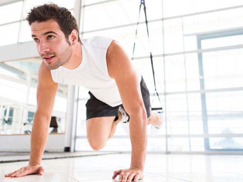 Persona haciendo ejercicio terapéutico en una sesión de fisioterapia de la Clínica J.J. Boscà